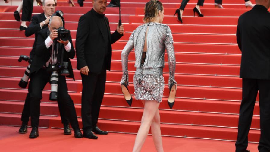 Кристен Стюарт се разходи боса по червения килим в Кан