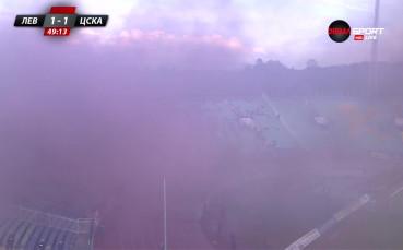 Димна завеса спря временно срещата между Левски и ЦСКА