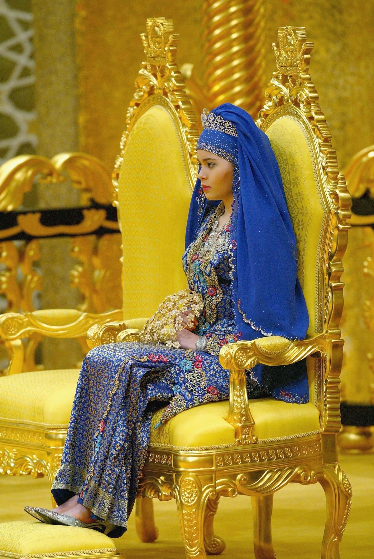 Принцесата на Бруней Даянгку Сара се омъжва за престолонаследника Ал Мухтаде Билах през 2004 г. На сватбата си тя е с пет различни облекла на обща стойност 4 млн. долара.