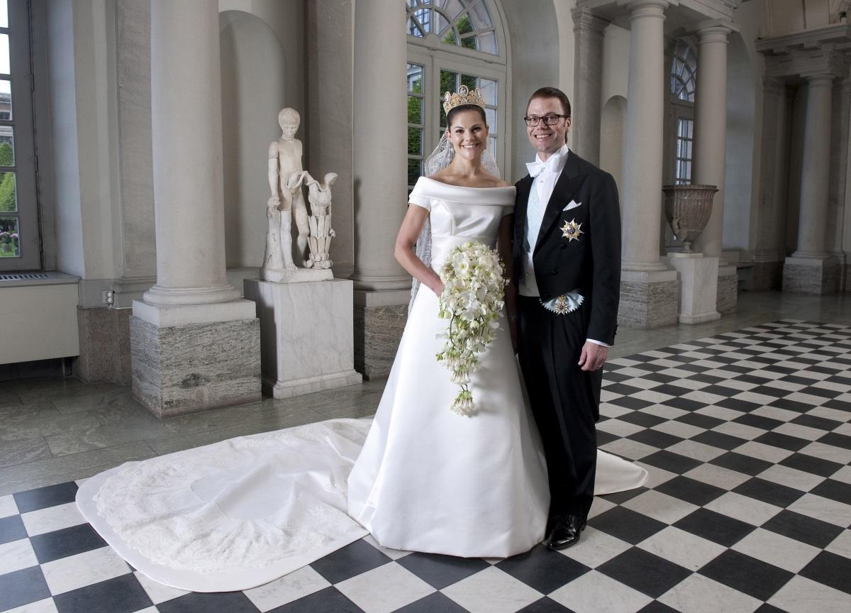 Принцеса Виктория Шведскасъщо не издава цената на булчинската си рокля, но за нея се знае, че е изработена от скъпа коприна, а шлейфът е 5 метра.