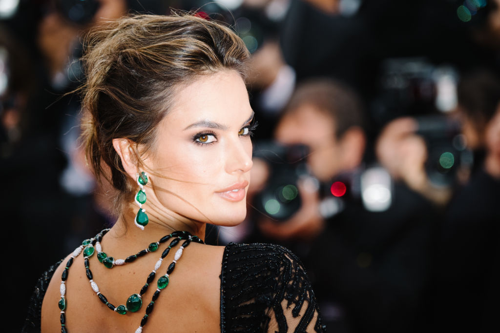 Бразилката с безкрайни крака Алесандра Амброзио дефилира на червения килим за премиерата на филма BlacKkKlansman на режисьора Спайк Лий. 37-годишната красавица бе избрала за случая дълга черна рокля с гол гръб на любимия дизайнер на звездите Зухаир Мурад. Красива огърлица, спускаща се по голия ѝ гръб, допълваше перфектната ѝ визия.