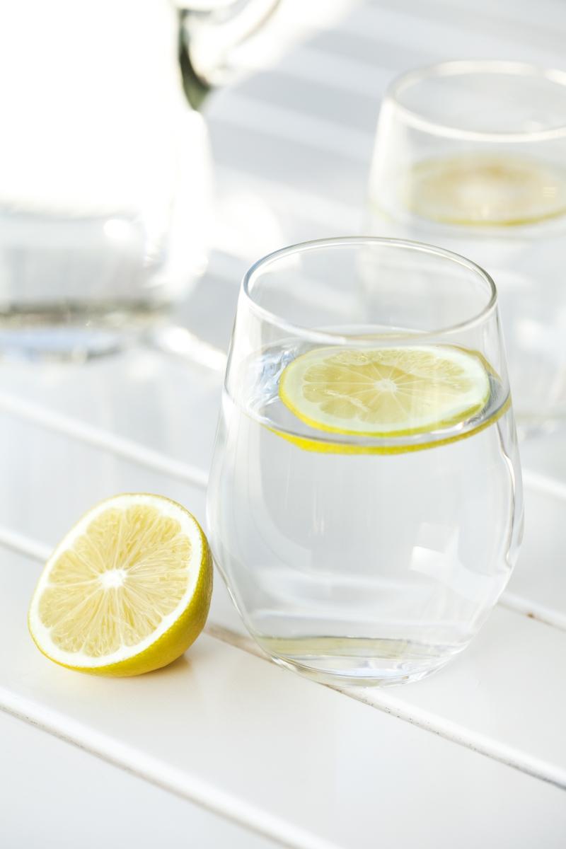 А топлата вода с лимон помага при топенето на мазнините.