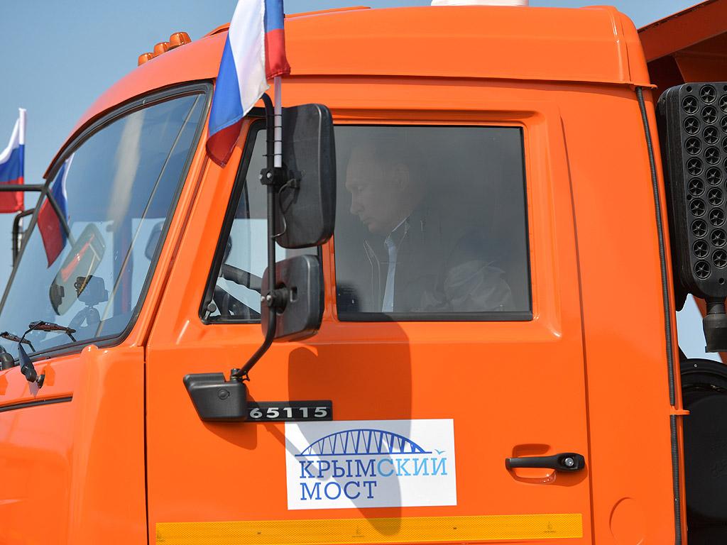 """Руският президент Владимир Путин официално откри моста над Керченския пролив, който свързва Кримския полуостров с Южна Русия, като подкара камион """"Камаз"""" с думите """"Да вървим!"""""""