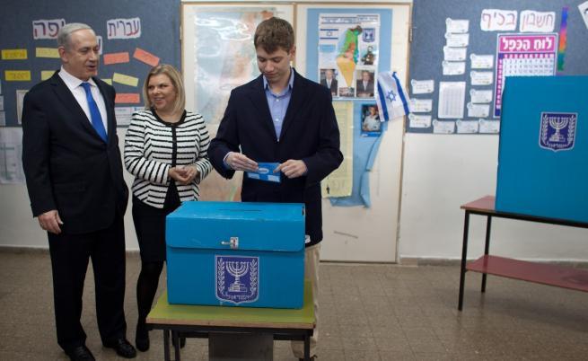 Яир Нетаняху пуска гласа си на избори в Израел