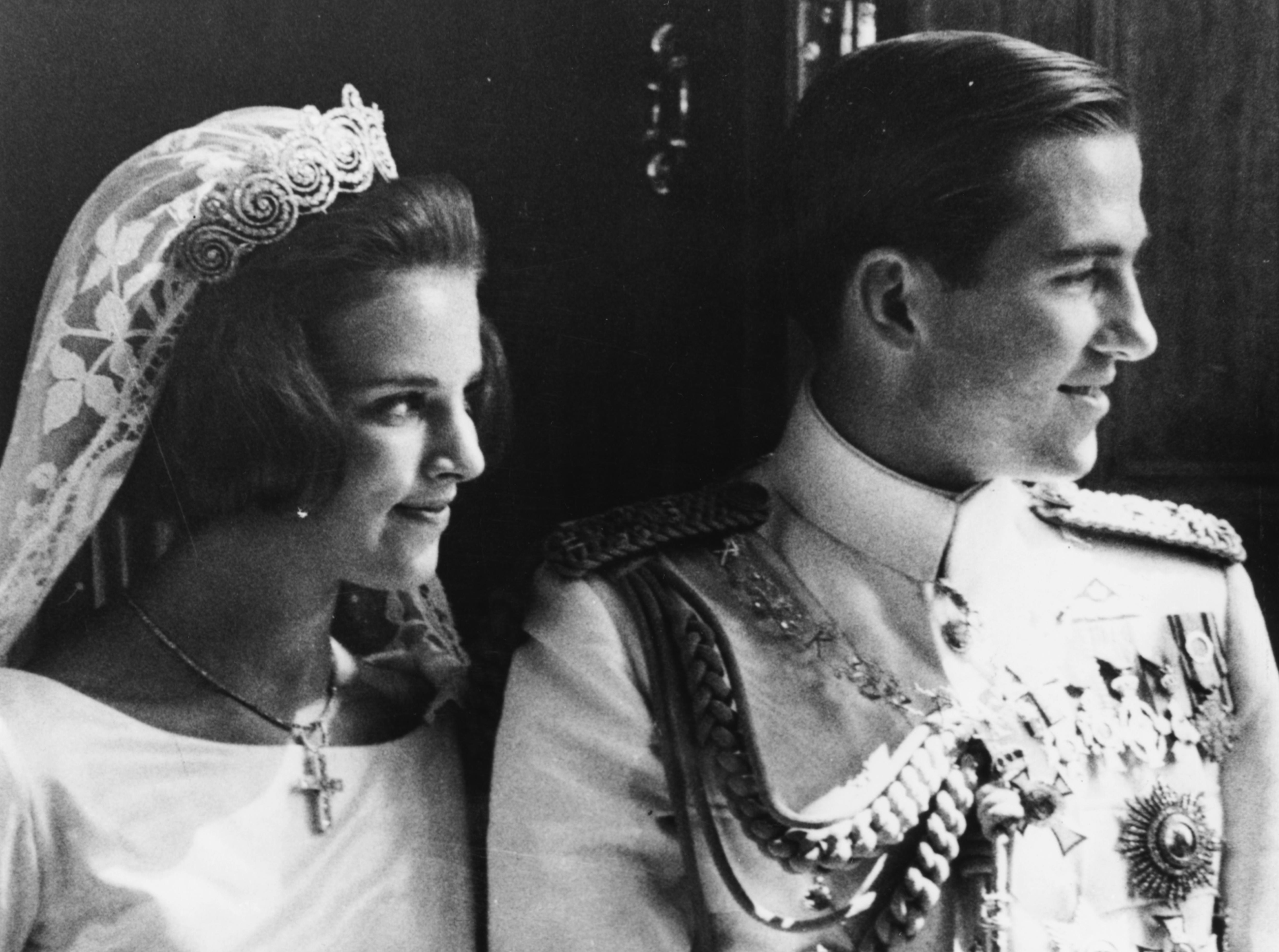 """Константинос II е крал на Гърция в периода 6 март 1964 г. – 1973 г. Той се жени заАнна-Мария Датска.През 1959 г. се запознава с гръцкия принц и свой далечен братовчед Константинос, който придружава родителите си - крал Павлос и кралица Фредерика, на официално държавно посещение в Дания. През 1961 г. Павлос обявява намерението си да се сгоди за Анне-Марие. Двамата се женят на18 септември<a href=""""https://bg.wikipedia.org/wiki/1964"""" title=""""1964"""">1964г. В Гърция Ане-Марие става по-известна с името Анна-Мария.</a>"""