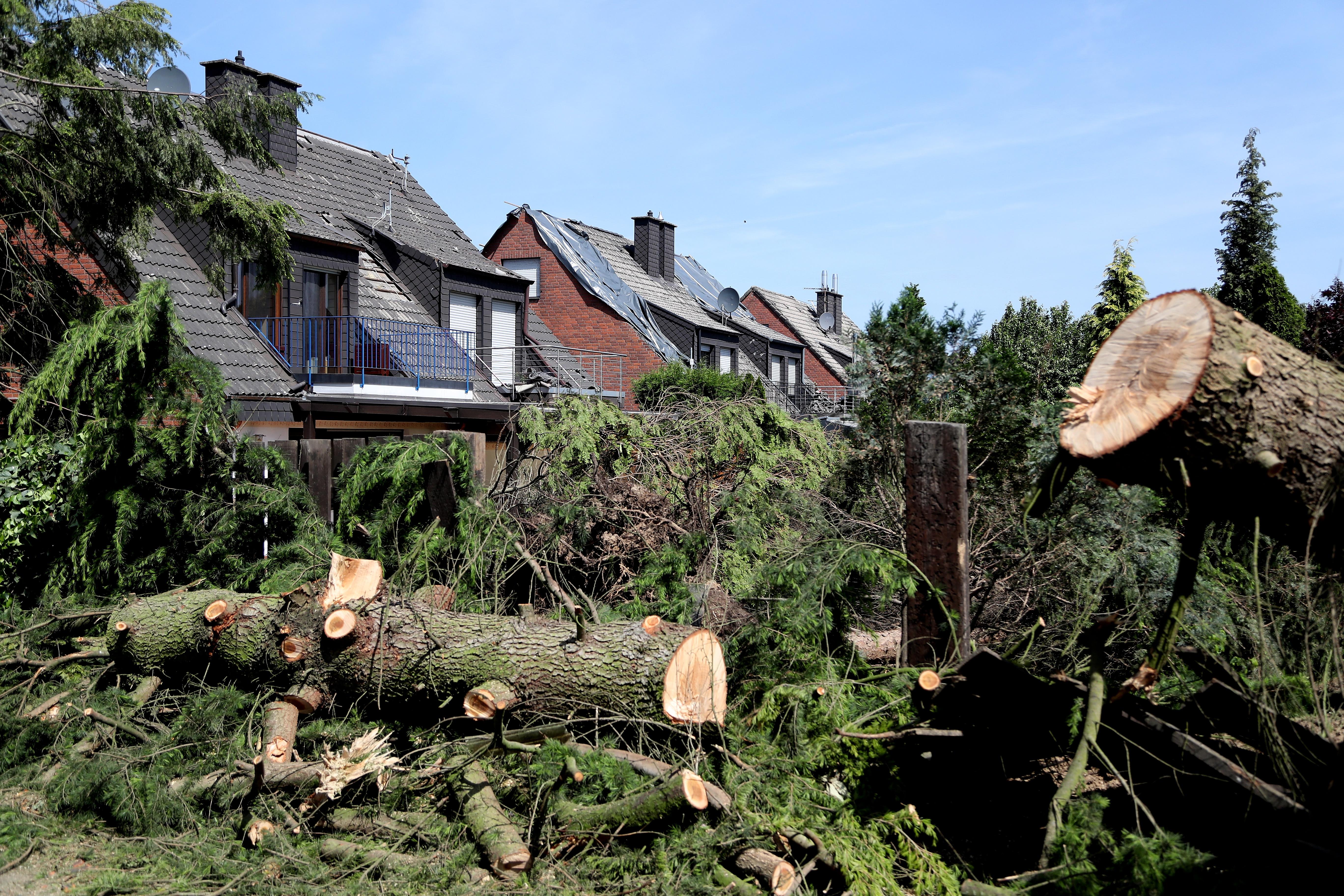Двама души са ранени, единият от които тежко, а къщите на близо 50 семейства пострадаха, след като торнадо удари Германия. Вятърът беше толкова силен, че повдигна цяла каравана и я стовари двора на къща в град Вирсен.