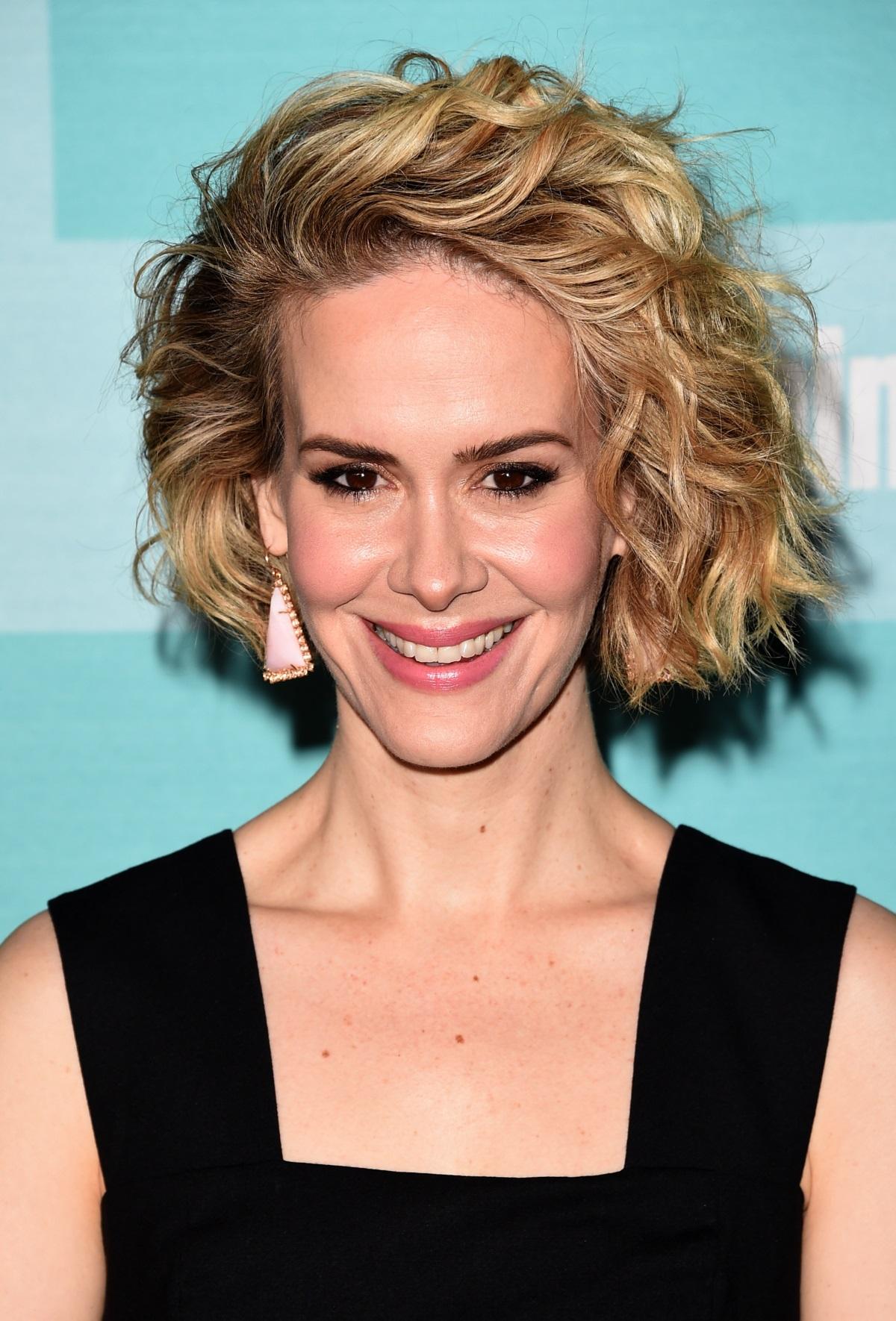 Сара Полсън с къса коса на вълни. Те винаги са подходящи ако искате да имате по-младежки вид, но внимавайте с избора на вълни - при по-късите коси те трябва да са съвсем леки и небрежни, за да не повдигне косата прекалео нагоре.