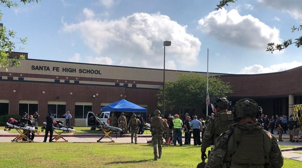 Ученик стреля в гимназия в Тексас, уби 10 души (СНИМКИ)