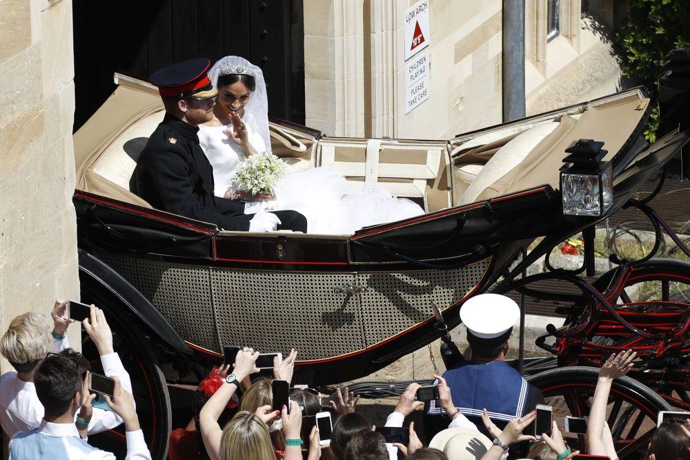 Британският принц Хари и съпругата му Меган Маркъл обиколиха Уиндзор в открита каляска-ландо Аскот след сватбената церемония. Процесията премина през центъра на града и се върна обратно в Уиндзорския замък за приема, който дава кралица Елизабет Втора за младоженците и 600-те им гости. Двамата младоженци сияеха пред погледите на хилядите събрали се хора, които ги приветстваха възторжено.