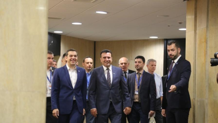 Гръцкият премиер Алексис Ципрас и Македонският му колега Зоран Заев на срещата в София