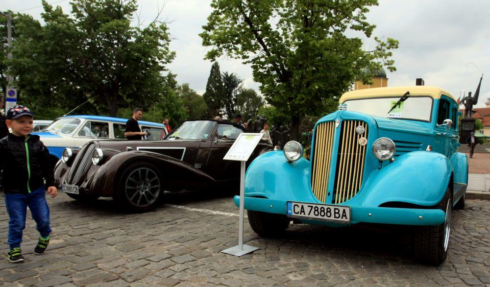 https://m.netinfo.bg/media/images/33325/33325186/orig-orig-retro-parad-avtomobili.jpg