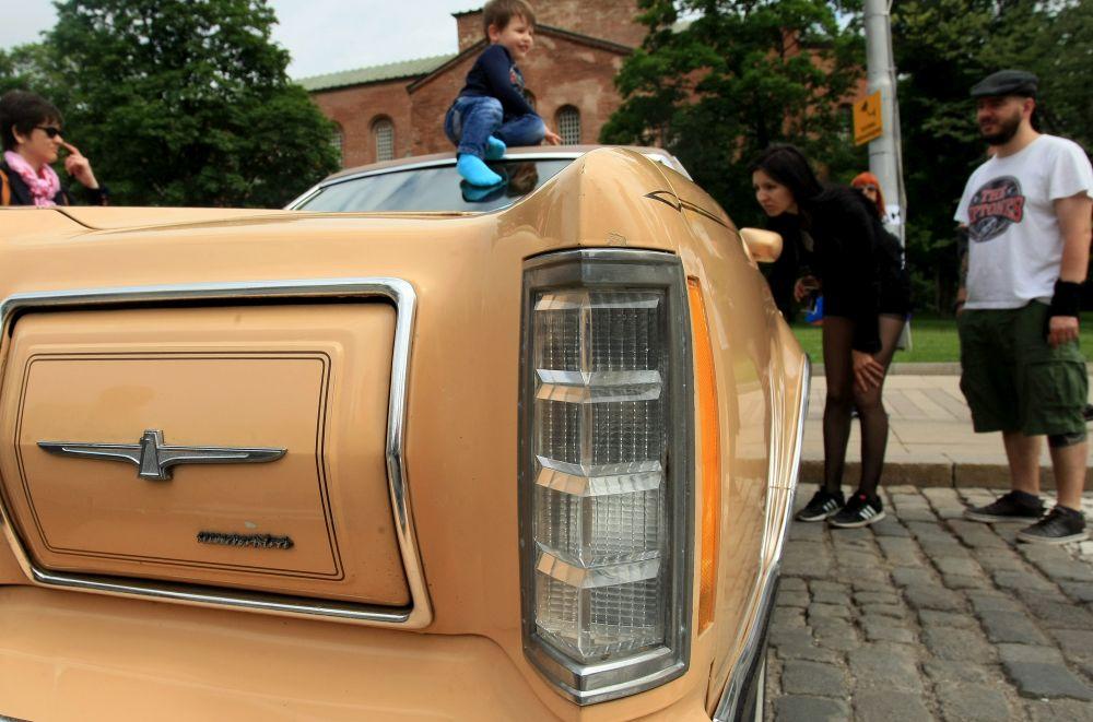 https://m.netinfo.bg/media/images/33325/33325197/orig-orig-retro-parad-avtomobili.jpg