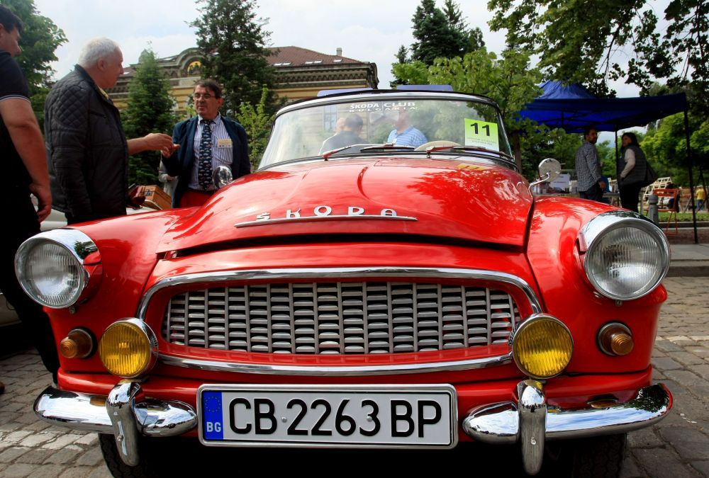 https://m.netinfo.bg/media/images/33325/33325205/orig-orig-retro-parad-avtomobili.jpg