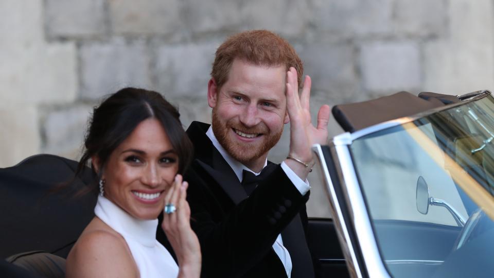 """След като се венчаха в параклиса """"Сейнт Джордж"""" в Уиндзор, херцогът и херцогинята на Съсекс Хари и Меган пристигнаха на своята сватбена вечеря вИмението Фрогмор Хаус в Уиндзор.  В имението, което ерезиденция на Кралица Елизабет втора, са присъствали над 200 гости.  Меган Маркъл носи за събитието пръстен с аквамарин, който някога е принадлежал на принцеса Даяна."""