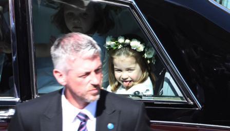 Малката Шарлот забрави обноските и се оплези на публиката (СНИМКИ)