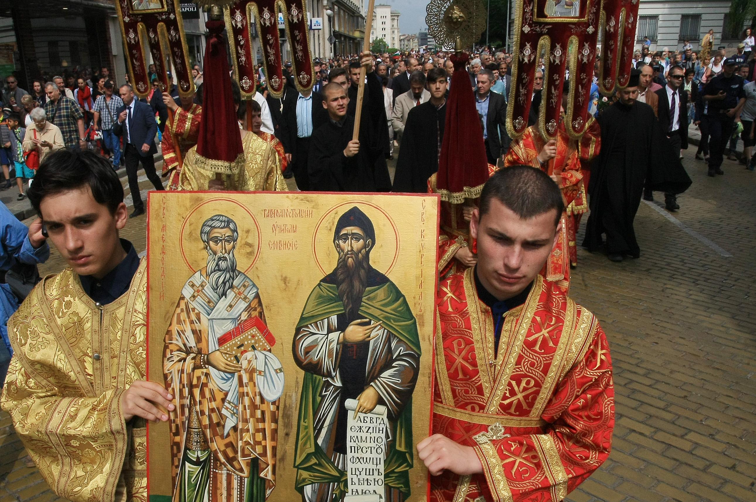 В шествието участват и представители на Българската православна църква, общественици и политици.