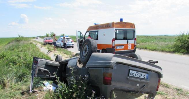 Лек автомобил с русенска регистрация се обърна по таван, след