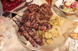За гърците храненето е със статут на ритуал: продължава часове, компанията трябва да е голяма, а храната - страхотна. В Sousouro месото е превъзходно.