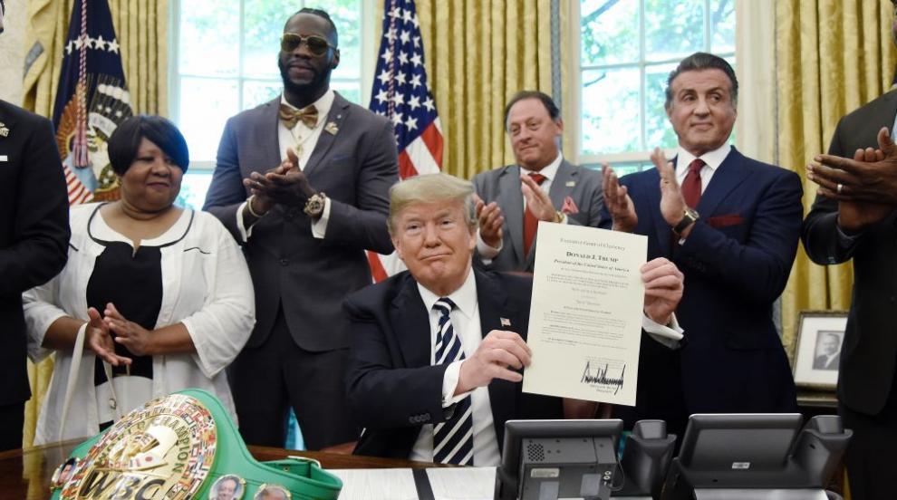 Под зоркия поглед на Слай: Тръмп помилва посмъртно шампион по бокс (СНИМКИ)