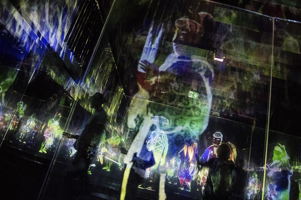 """Хората гледат дигитални произведения на изкуството като част от инсталацията """"au-delaa des limites"""" (отвъд границите) от японската група teamLab в Париж, Франция, 24 май 2018 г. Изложбата от 2 000 квадратни метра е открита до 9 септември."""