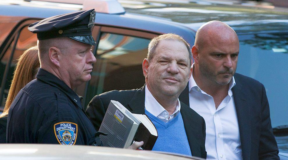 Задържаха Харви Уайнстийн по обвинение в изнасилване (СНИМКИ)
