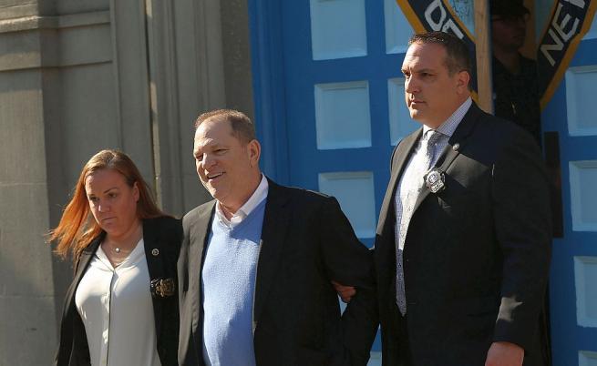 След нови обвинения в изнасилване, Харви Уайнстийн се предаде