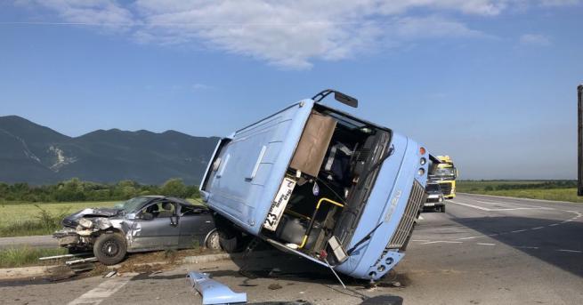 Автобус, изпълняващ редовна линия от Лиляче за Враца, е катастрофирал