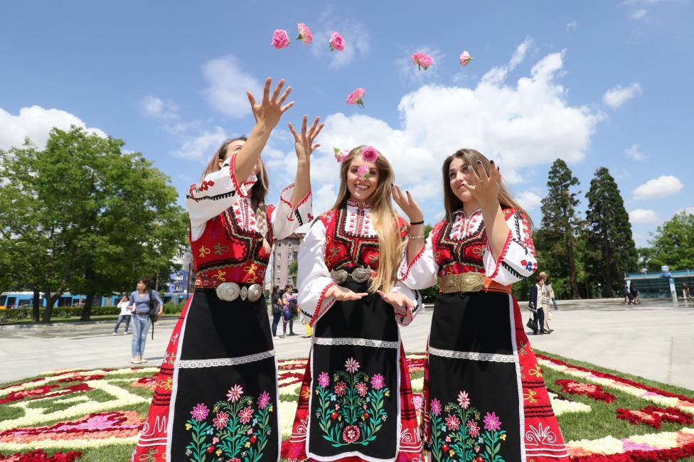 - Килим от рози украси пространството пред Националния дворец на културата. Мобилната инсталация вплита известни български символи - розата...