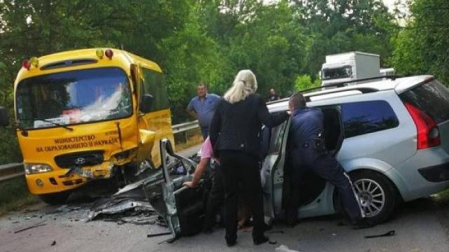 Автобус с деца и кола се удариха, има пострадала