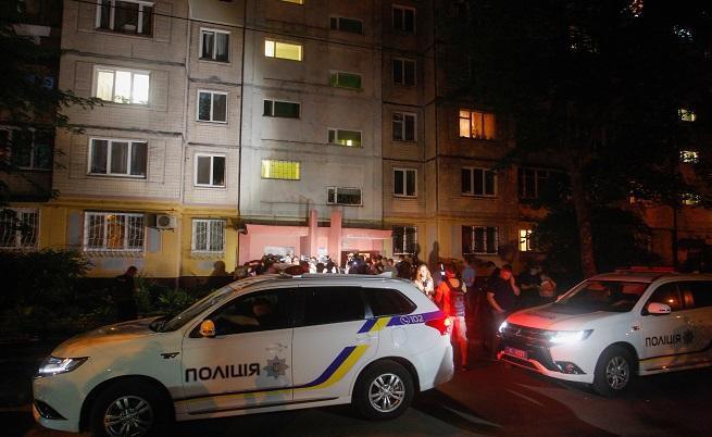Полицейски коли пред дома на Бабченко в деня на убийството