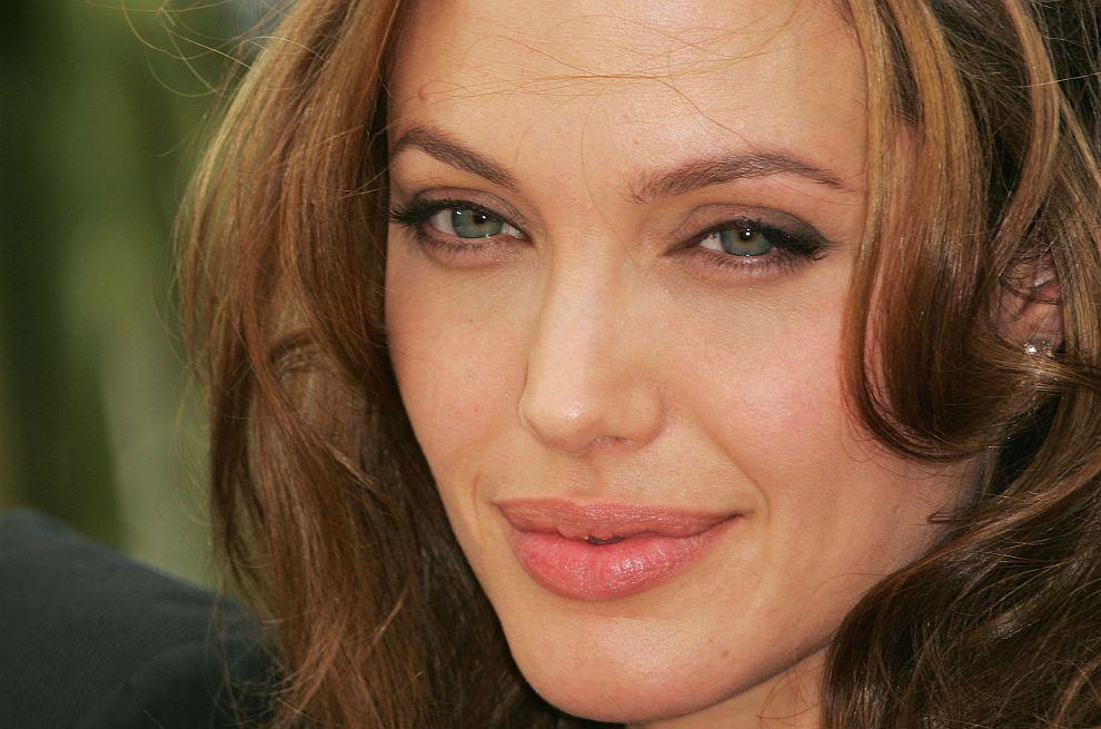 Анджелина Джоли завинаги ще остане един от секссимволите на Холивуд. Вижте как се промени красавицата през годините