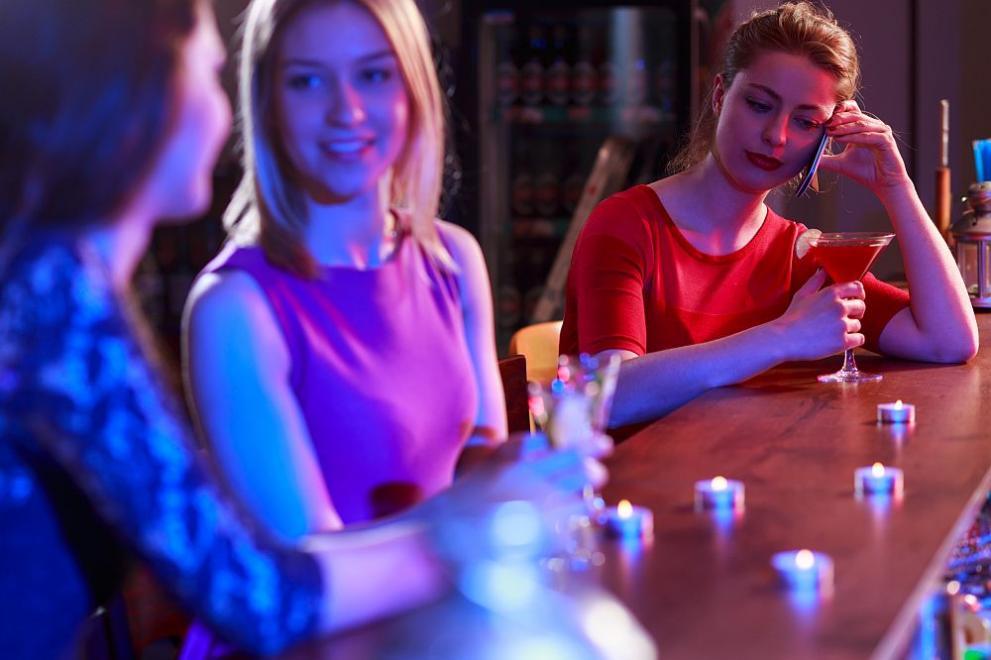 жена бар питие