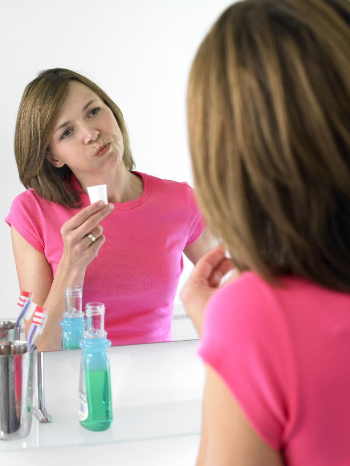1. Не ползвайте вода за уста преди лягане - Водата за уста е отличен начин да се сдобиете със свеж дъх сутрин, но не е добра идея да я използвате преди да си легнете. Тя може да изсуши устата ви, което спомага за появата на бактерии и лоша миризма.