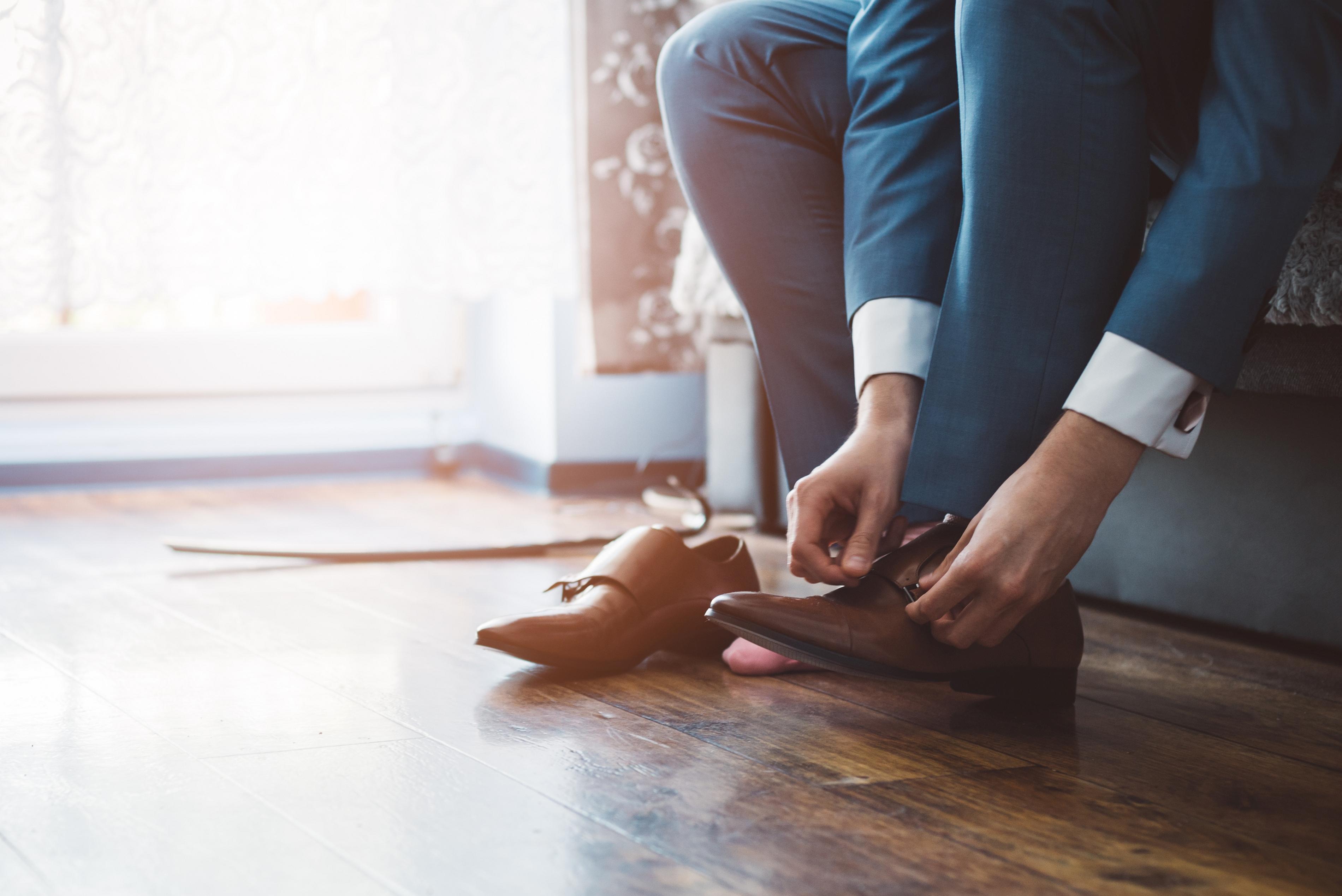 Чифт хубави обувки. Без значение дали са ежедневни или официални, дамите забелязват, когато имате отношение към обувките си. Нещо важно - поддържайте ги винаги чисти.