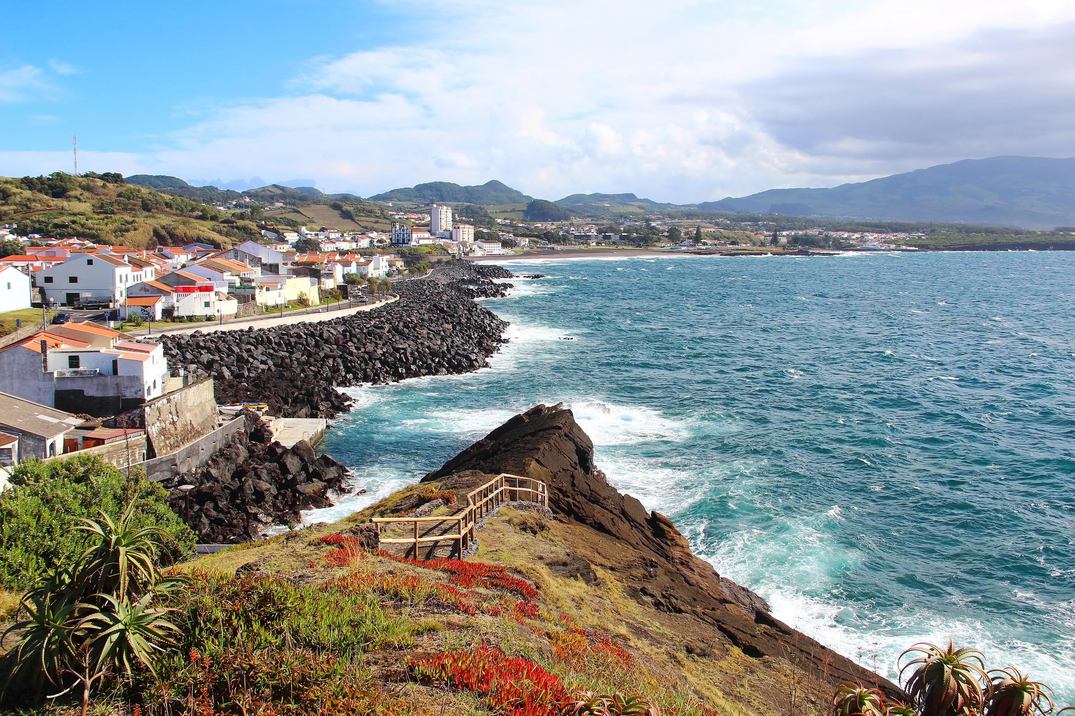 Азорите, Португалия - там ще видите сравнително малко туристи и ще разполагате с всички геотермални басейни, не пропускайте гледането на китове и наблюдението на делфините.