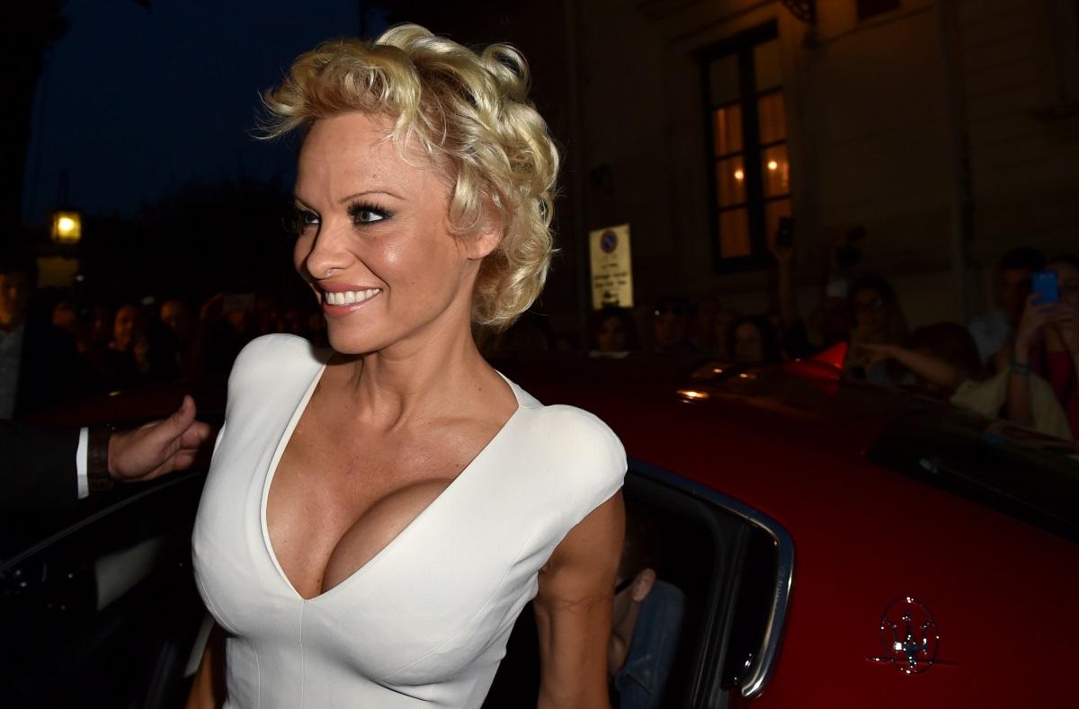 """Памела Андерсън - сексимволът на 90-те признава, че уголемяването на гърдите е козметична грешка номер едно в живота ѝ. През 1999 г. тя се подлага на операция за намаляване на бюста. """"От дълго време исках да направя това и съм щастлива от решението си"""", коментира Андерсън."""