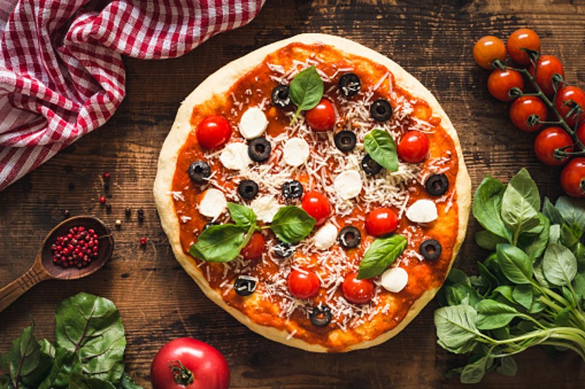 Световноизвестната диетоложка Челси Еймър казва, че вместо йогурт с банан или мюсли, които са калорийна бомба, е по-добре да изядете парче пица, особено ако е с качествени продукти.