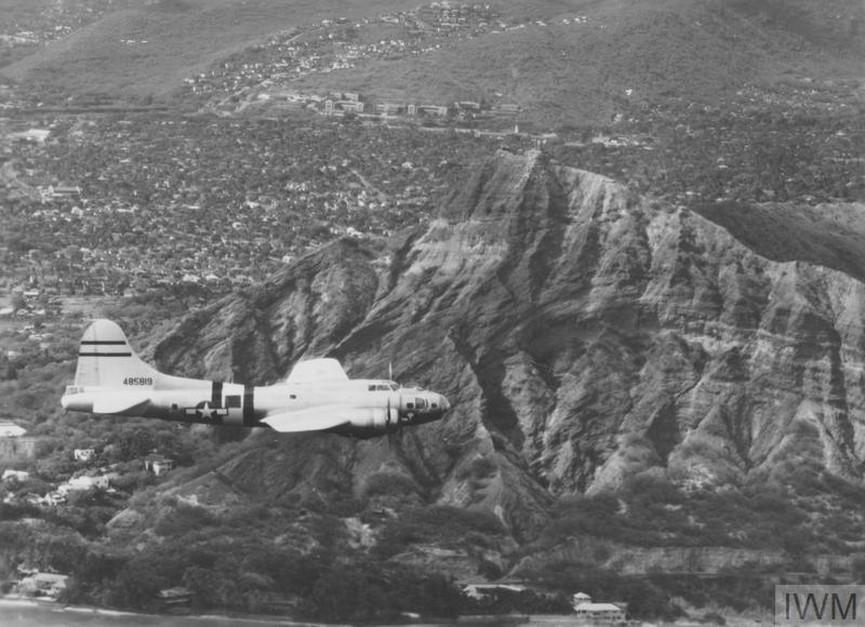 B-17 Flying Fortress - прототип на самолет, управляван от разстояние, излита от Хавай на 6 август, 1946 г., за да стигне доMuroc Army Air Field, Калифорния, навигиран дистанционното от екипа на САЩ там.<br /> <br /> Автор: Официалният военен фотограф на въздушните сили на САЩ през 1946 г.