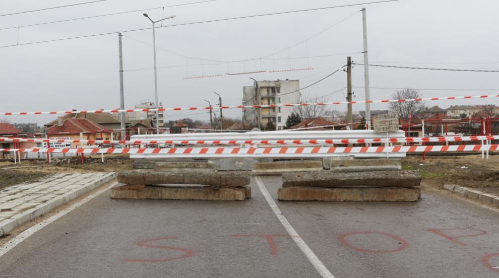 Шофьори преминават през спусната бариера на жп прелез в Разложко (ВИДЕО)