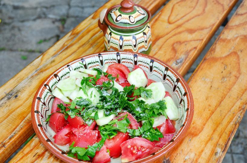 <p><strong>Хранене в цветни чинии</strong><br /> <br /> Според проучване цветните чинии подсъзнателно ни карат да се храним с по-малки количества. Особено успешен в това е червеният цвят.</p>