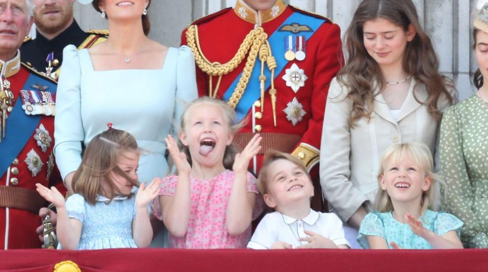 Малки кралски особи грабнаха вниманието на балкона на Бъкингамския дворец...