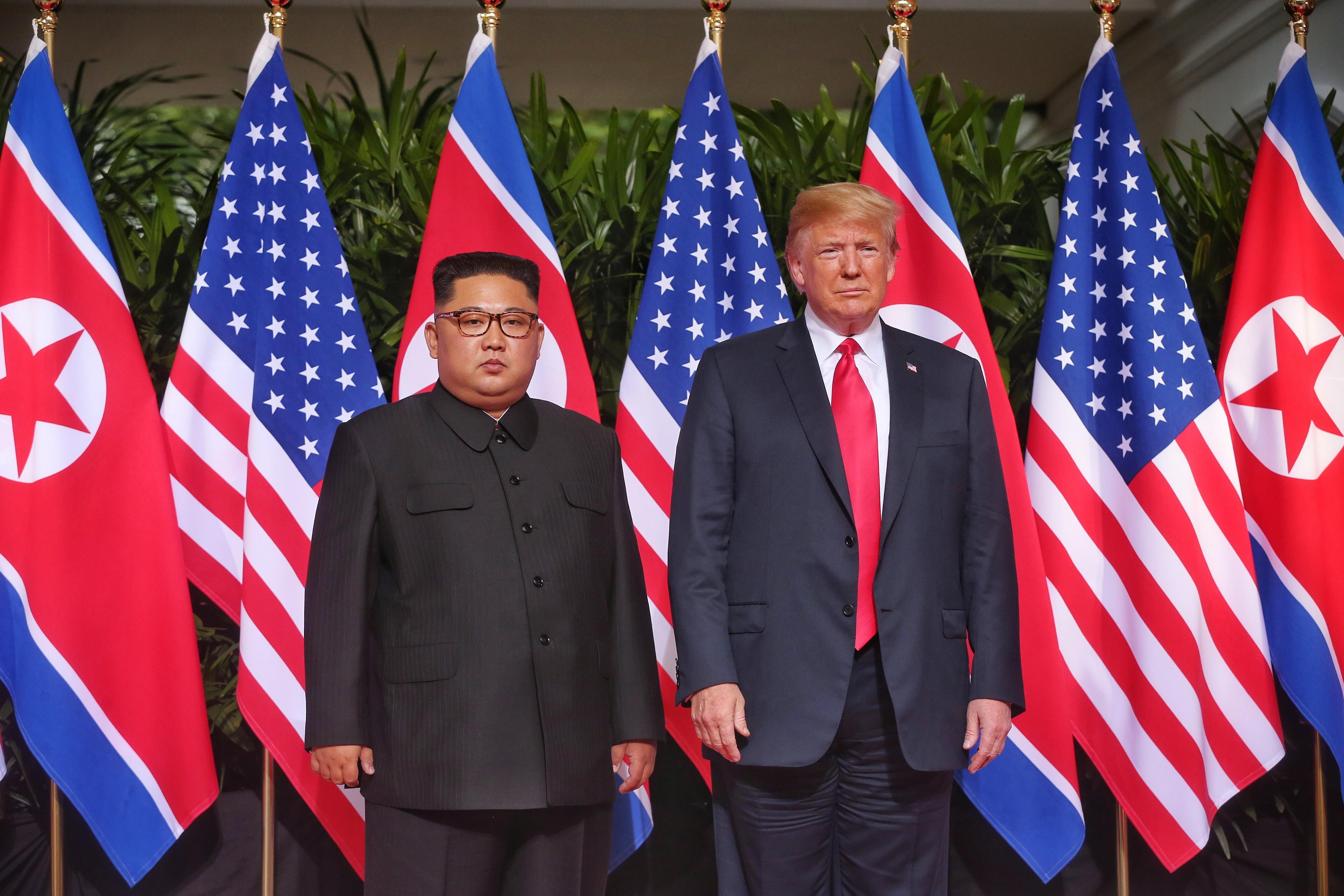 Историческо ръкостискане между американския президент Доналд Тръмп и севернокорейския лидер Ким Чен-ун се състоя днес в Сингапур. Това е първата среща между действащ американски президент и севернокорейски лидер.