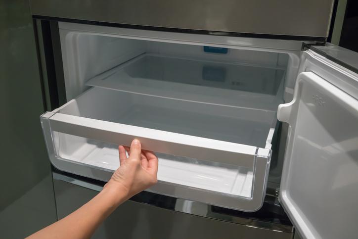 Чекмеджетата във вашия хладилник може да изглеждат чисти, но те могат да бъдат едно от най-мръсните неща в кухнята ви. Ако не внимавате, оставeната стара храна в тези чекмеджета може да започне да събира бактерии. С внимание се отнасяйте и към кутиите, в които съхраняване сирене, кашкавал и др. подобни продукти. Хубаво е да ги миете поне един път седмично.