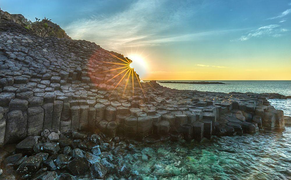 По крайбрежието на Северна Ирландия се спускат повече от 38 000 базалтови колони, които като огромна магистрала-трамплин изчезват в морето. Вулканичните изригвания са оставили след себе си перфектно оформени шестоъгълници, групирани в клъстъри като пчелна пита. Това е т.нар. Път на великаните - едно същинско природно чудо.
