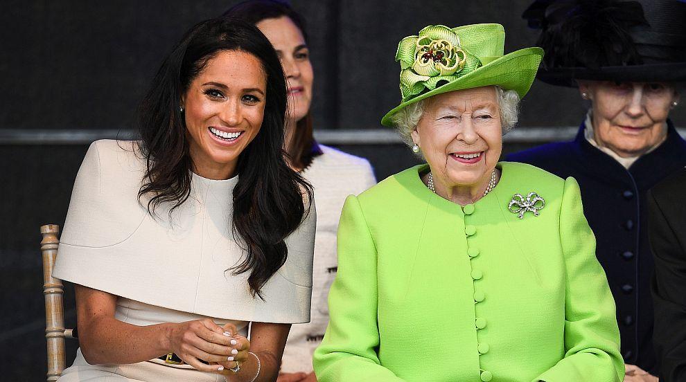 Херцогиня Меган и кралица Елизабет пристигнаха с Кралския влак в Чешър...