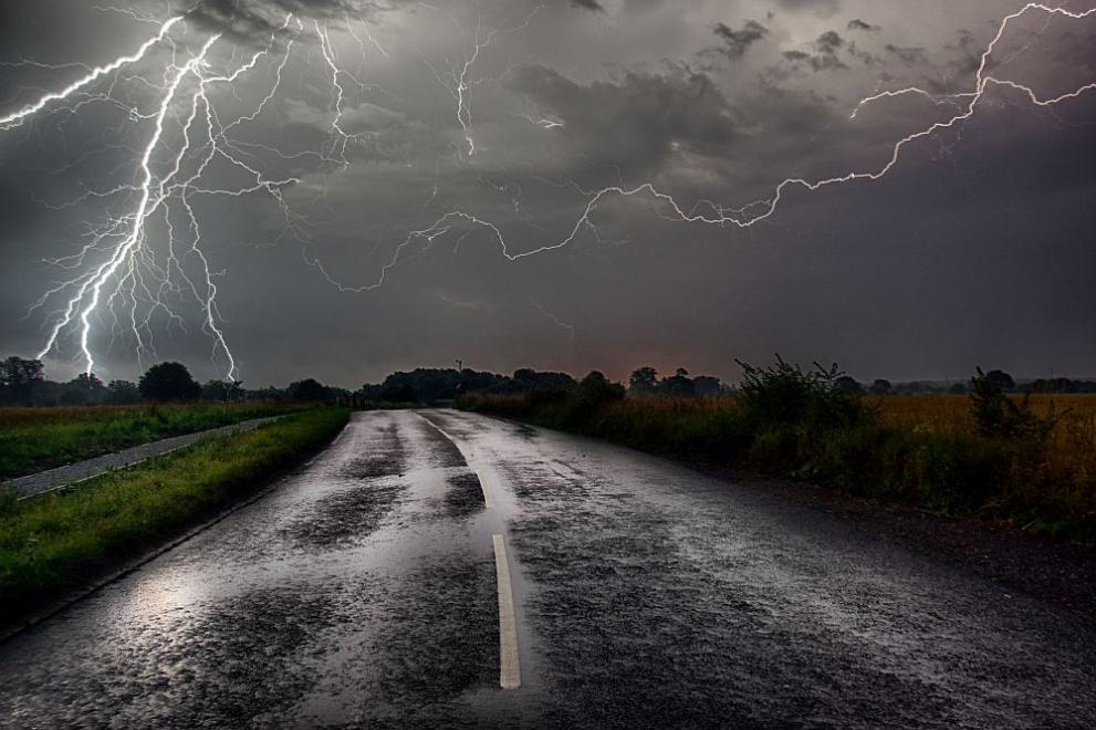 буря светкавици дъжд
