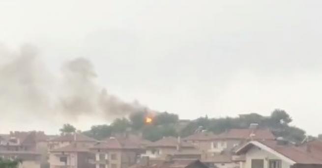 Мълния подпали покрива на плевня в Сандански. Кадри от мястото