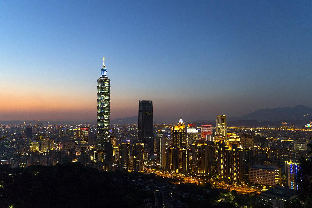 Тайпе 101 С височина от 509 метра Тайпе тауър в столицата на Тайван е построена като цвят на лотус и е една от първите сгради, които чупят рекорда от половин километър през 2004 година. Комбинира най-доброто от пост-модерната архитектура и традиционния дизайн и има най-бързия асансьор (за кратко), движещ се със скорост от 17 метра в секунда. Площадката за наблюдение се намира на 91-вия етаж и е отворена за посещение в дните с хубаво време. Намира се на височина от 391 километра и предлага панорамна гледка на града и околностите в ясни дни.