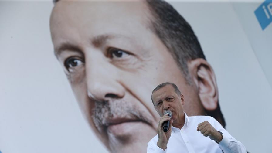 """Скрита камера засне Ердоган да инструктира за """"плътното пазене"""" на избирателите"""
