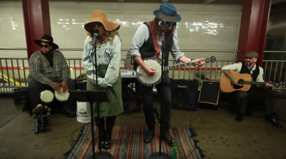 """Кристина Агилера пя """"инкогнито"""" в нюйоркското метро (ВИДЕО/СНИМКИ)"""